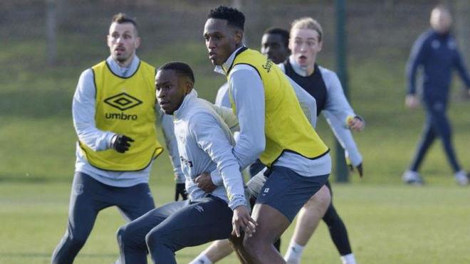 Yerry Mina, entrenándose el viernes 15 de febrero con el Everton