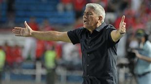 ctavio Zambrano técnico del Medellin durante el partido entre...