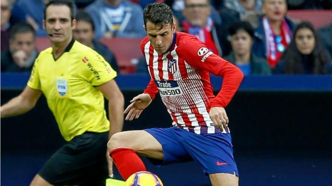 Arias trata de controlar un balón en un partido con el Atlético