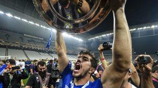 Lucas Silva, con el trofeo de la Copa de Brasil que ganó con Cruzeiro...