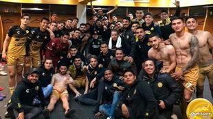 Los jugadores de Dorados celebran un triunfo de la presente campaña.