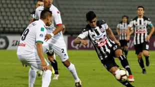 David Gómez (i) de Once Caldas diputa un balón con Cristian Aguada...