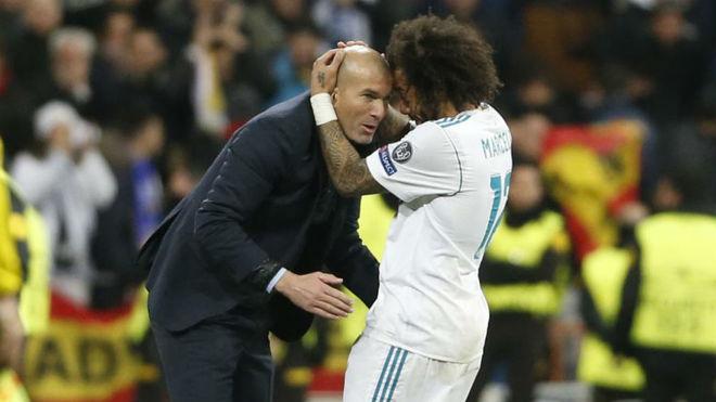 Marcelo abraza a Zidane en un partido con el Real Madrid