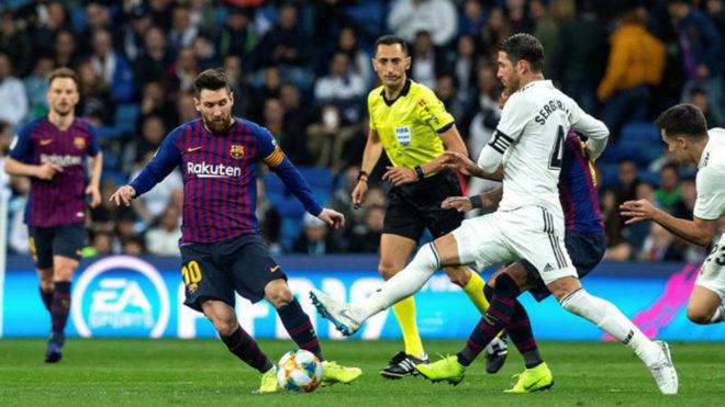 Lionel Messi controla el balón ante la marca de Sergio Ramos