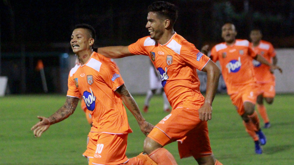 Alexis Zapata jugador del Envigado celebra después de anotar un gol...