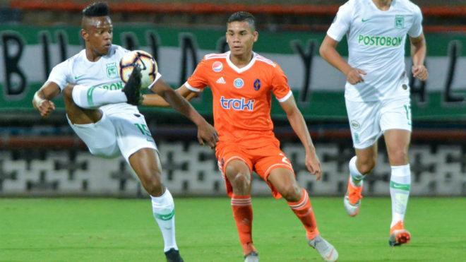 Yerson Candelo controla el balón ante un jugador de Deportivo La...