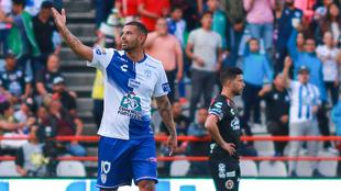 Edwin Cardona festeja su primer gol con Pachuca.