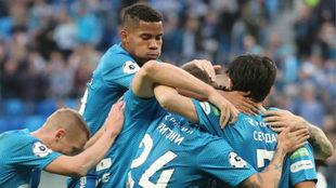 Barrios celebrando con sus compañeros uno de los goles de su equipo /...