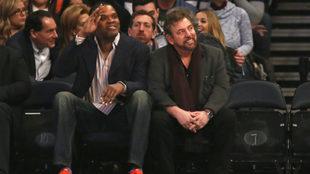 Latrell Spreewell junto a James Dolan, propietario de los Knicks,...
