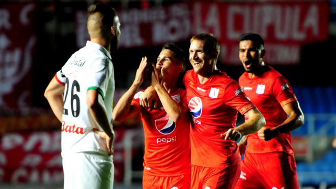 Cristian Álvarez festeja su gol con Fernando Aristeguieta