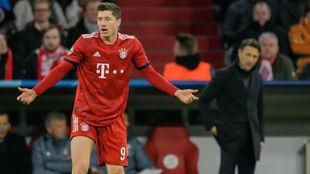Lewandowski se queja durante el duelo ante el Liverpool con Kovac al...
