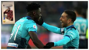 Ambos jugadores se abrazan durante un encuentro con la Atalanta.