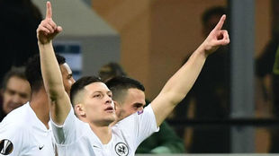 Jovic celebra un gol con el Eintracht