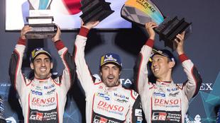 Fernando Alonso levanta el trofeo de ganador en Sebring