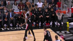 Acción de juego de los Spurs y Blazers