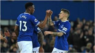 Yerry Mina celebra con su compañero Digne el triunfo del Everton ante...