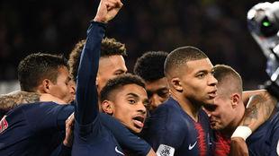 Mbappé celebra con sus compañeros su gol con el PSG ante el...