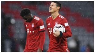 James se lleva el balón del partido por el 'hat-trick'...