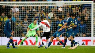 Juan Fernando Quintero, en el momento de marcar en el Bernabéu ante...