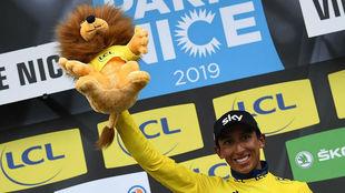 El colombiano Egan Bernal tras proclamarse campeón de la edición 77...