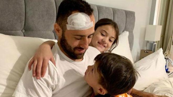 David Ospina junto a sus dos hijos.
