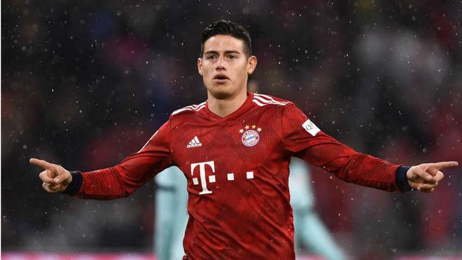 James celebra uno de sus tres goles al Mainz