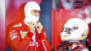 Vettel, el en box de Ferrari en Albert Park