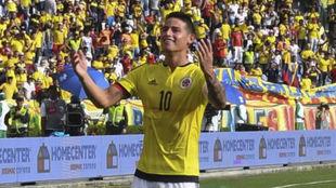 James celebra un gol con la camiseta de Colombia