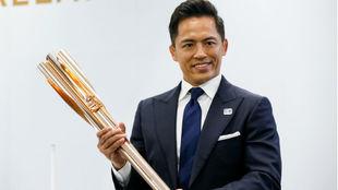 Tadahiro Nomura (dcha), tricampeón olímpico de judo, exhibe la...