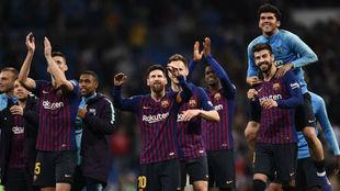 Los jugadores del Barcelona celebran la última victoria en el...