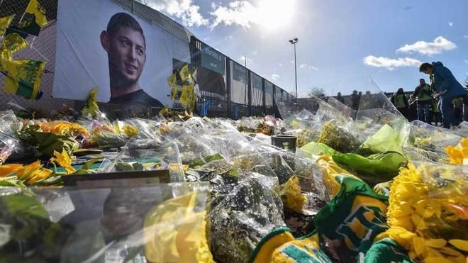 Flores en memoria de Emiliano Sala