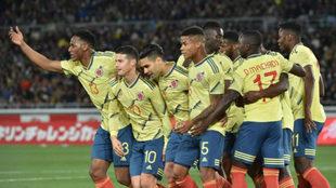 Los jugadores colombianos, con Mina en primer lugar, celebran el gol...