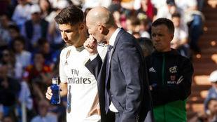 Zidane habla con Asensio en el partido ante el Celta