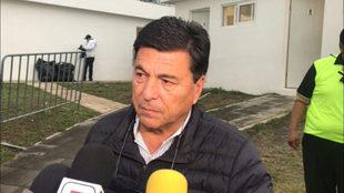 Daniel Pasarella habla con los periodistas