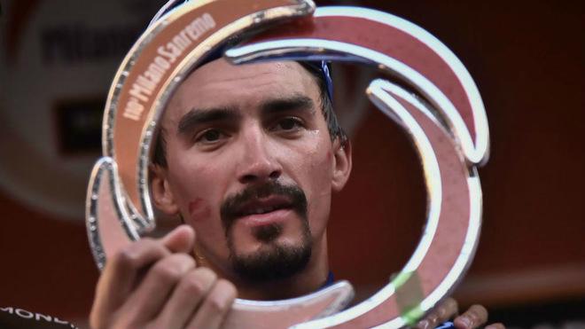 Alaphilippe con el trofeo como campeón de la 'Classicissima' / MARCO...