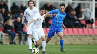 Ian Poveda lucha por recuperar el balón para Inglaterra