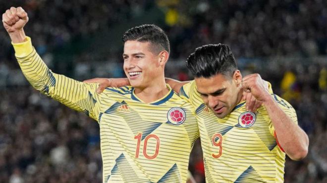 James y Falcao celebran el gol que marcó éste último a Japón