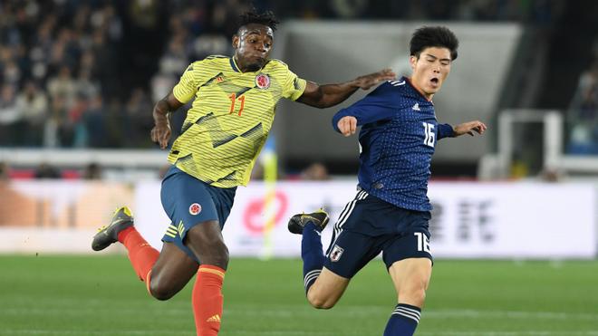 Forcejeo entre Duván Zapata y el japonés Takehiro Tomiyasu.