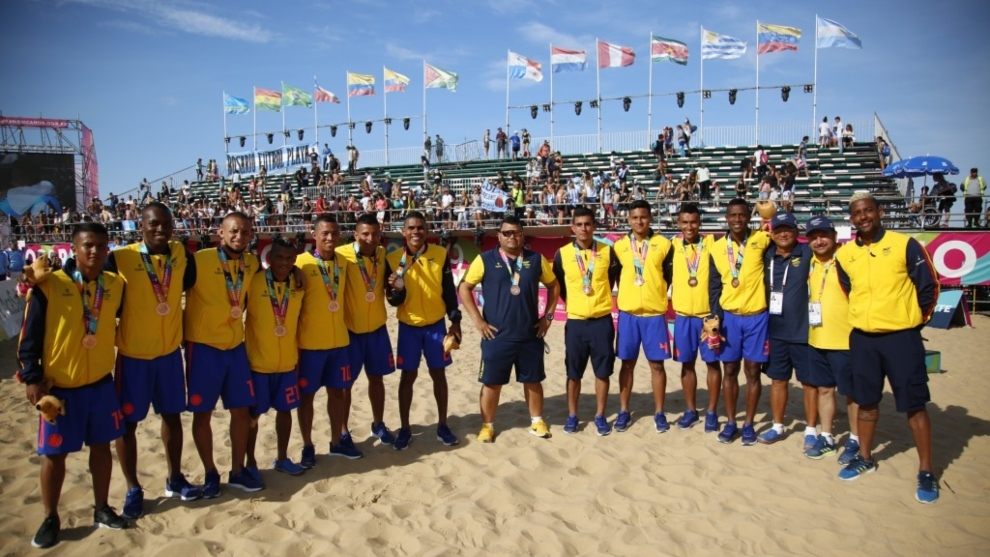 Equipo colombiano de fútbol playa con la medalla de bronce