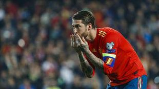 Sergio Ramos le lanza un beso al público tras marcarle a Noruega