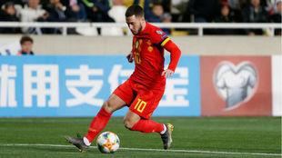 Hazard controla un balón con Bélgica