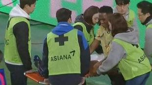 Yerry Mina, en el momento de ser sacado en camilla