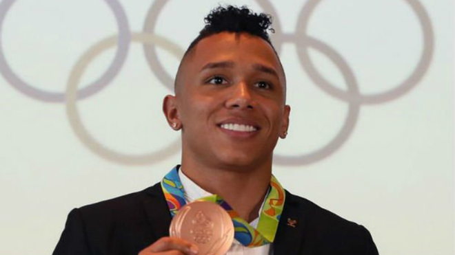 Luis Mosquera luce la medalla de bronce.