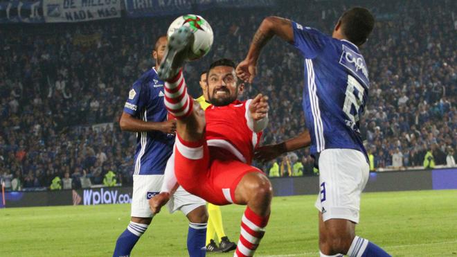 Andrés Pérez despeja un balón ante la marca de dos jugadores de...