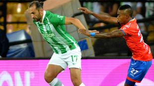 Hernán Barcos de Atlético Nacional disputa el balón con Fabián...