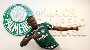 Usain Bolt posa con la camiseta y el escudo del Palmeiras
