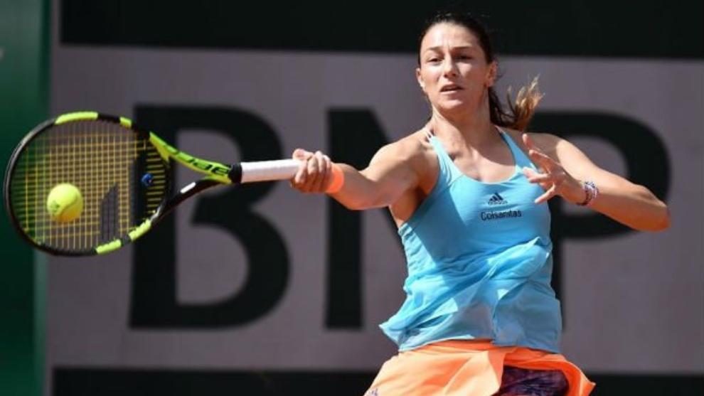 Mariana Duque golpea con su derecha durante la una gira de tenis