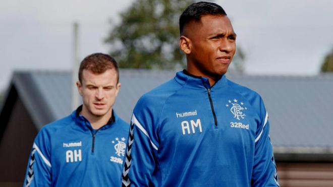Alfredo Morelos (AM) durante una práctica con el Rangers de Escocia.