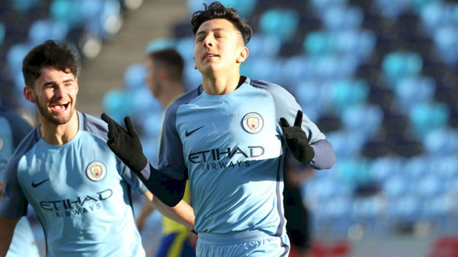 Poveda celebra un gol con el City
