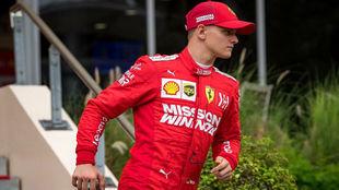Mick Schumacher, durante el test que realizó con Ferrari en Bahréin...